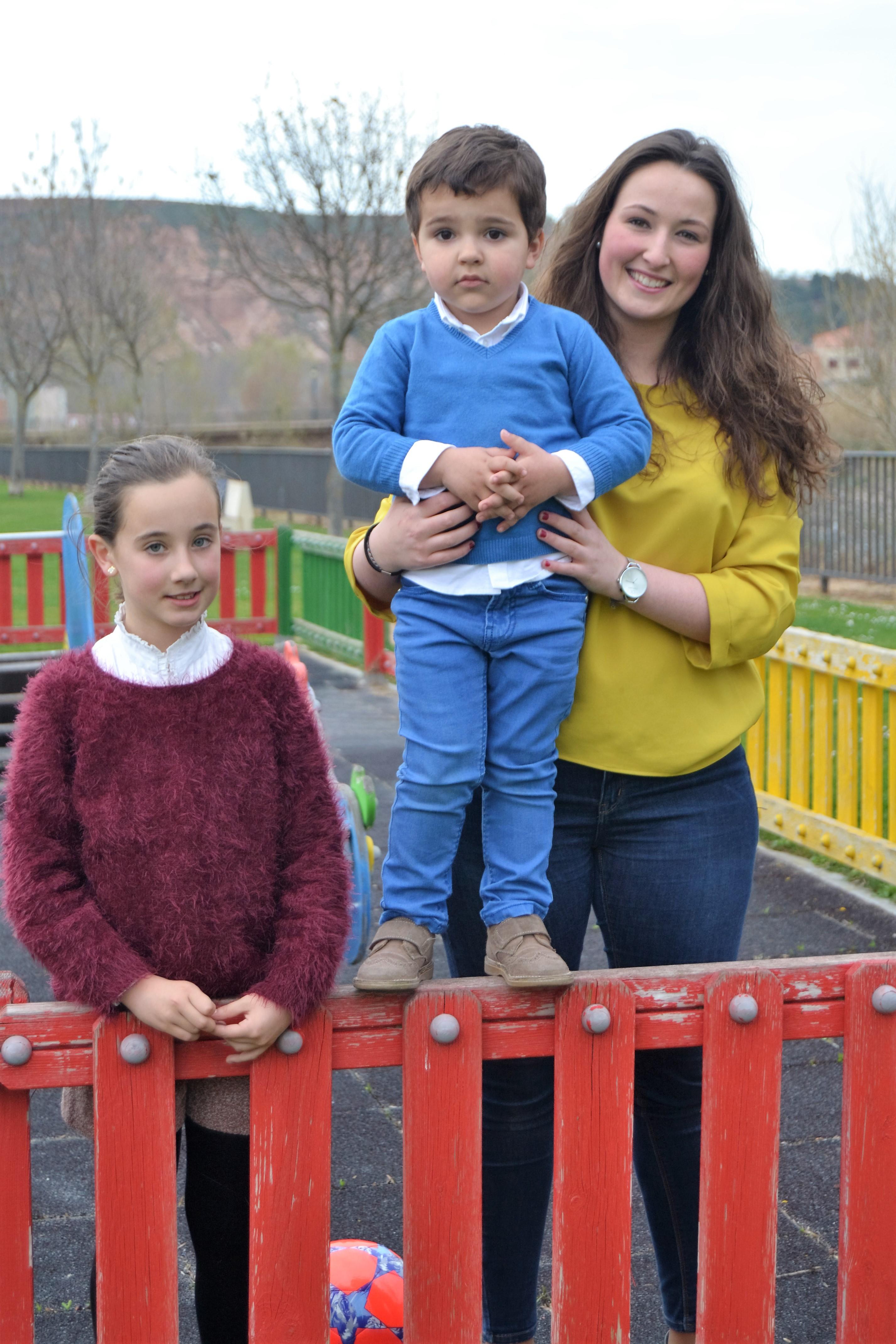 """Laura jugando en el parque con """"sus niños"""""""